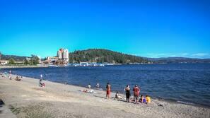 Ranta lähistöllä, aurinkotuoleja, rantapyyhkeitä