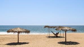 Playa privada y tumbonas