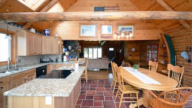 Peaceful! On the Lake! Breathless Log Home on Green Lake 30 Min from Cities