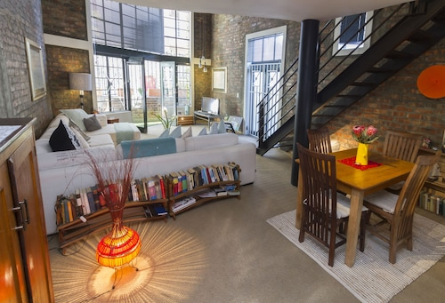 Super Chic Loft In The Heart Of Cape Town-fully Equipped Loft And Swimming Pool