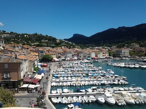 Beautiful and Bright Apartment With Lovely View of Cassis Bay and Feet in Water