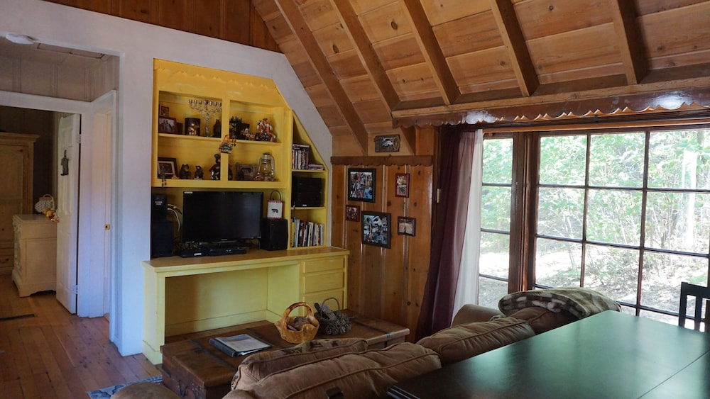 Living Room, Clean-cozy Shabby Chic, Romantic, Home School Ready! and Fido Friendly Cabin