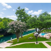 Comal Riverfront Property With Pool! Walk to Downtown! River Tubes Included!