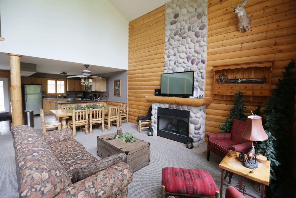 Living Room, Highly Rated Cabin :starved Rock Golf,boat,fish,chef Kitch / Sleep 12, Wifi,4 TV