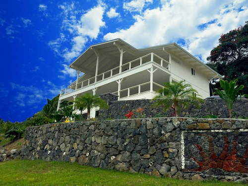 Brand New Luxury Home With Amazing Ocean View Above Kealakekua Bay Sleeps 2-4