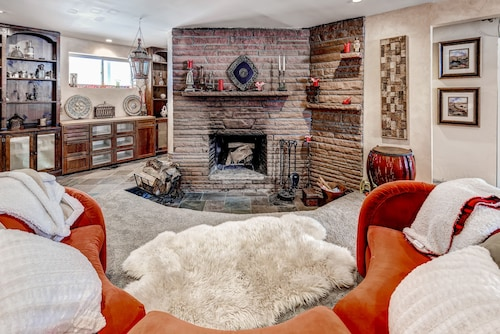 Luxury That is Close to Downtown and Easy Access to Red Rocks! +fireplace!