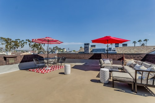 Beach House With Rooftop Deck Perfect for Entertaining