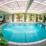 Heated Indoor Pool & hot Tub, Countryside Holiday Cottage Near the Beach & Park