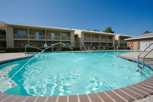 Ground Floor!! Newly Remodeled 2 Bed 2 Bath. Pool View, Free Wi-fi & Parking