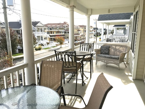 Tommy Bahama Inspired! Clean, Wifi, Roofdeck, Parking, 1 Block to Beach/playgrnd