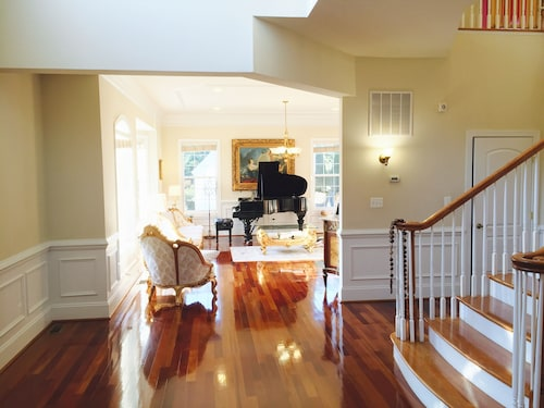 Luxury Victorian Home 7000 SQ Feet With 8 Bedrooms 15 min to Washington DC