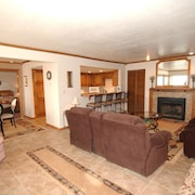 Brian Head Royal Queen Suite, Pool & Jacuzzi, Ski-i/o, 3 BR +, 2 Bath, Sleeps 14