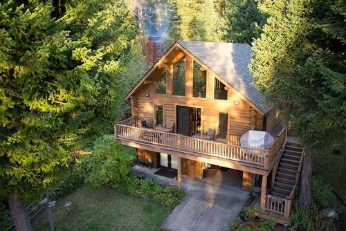 Logcabin Sleeps 10 With Dock on Flathead Lake