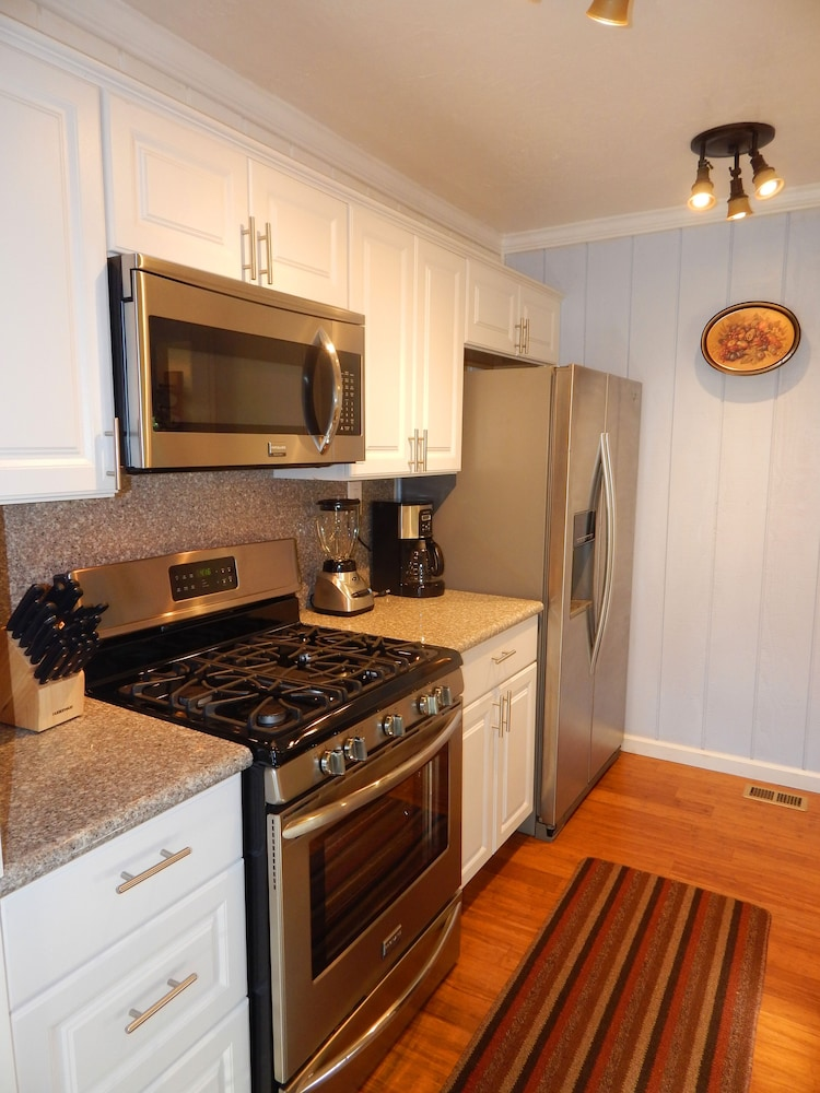 Private Kitchen, *** LUXURIOUS TREE-HOUSE***  SPA + PANORAMIC LAKE VIEW - We thoroughly Disinfect