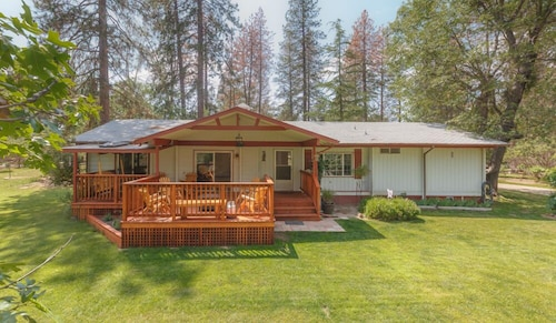 Peaceful Yosemite Pines Retreat, Huge Yard, Pool, Spa, Play Area and Ponies!
