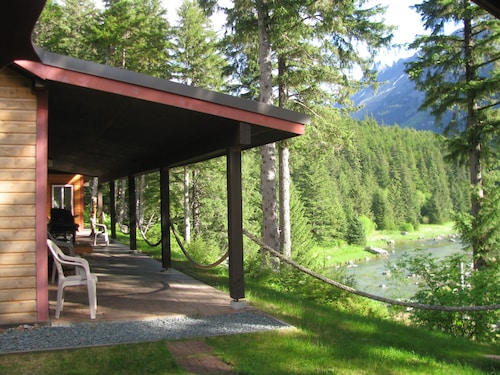 Chilkoot Haven Haines Room #2, Right on the Chilkoot River, hot Tub, BBQ Grill