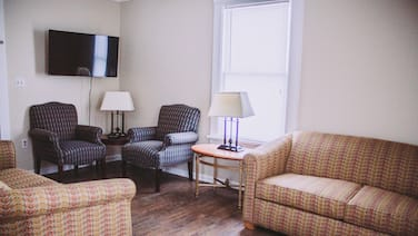 Center Strip Location|Pet Friendly|Wi-Fi|A/C|Steps from Winery & Golf Course