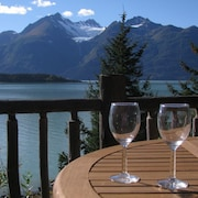 Paradise West ~ Secluded Log Cabin With Sauna, Glacier Views, Beach Access