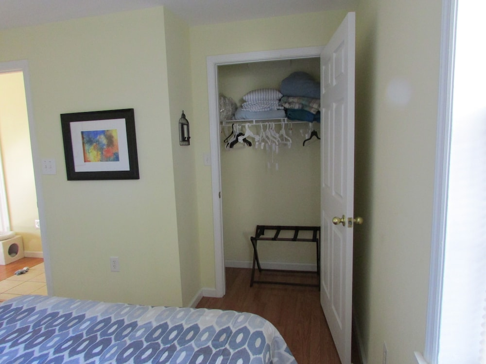 Room, Gulf Palms Cottage.....Walk to beach, downtown, restaurants, splash pad & more!