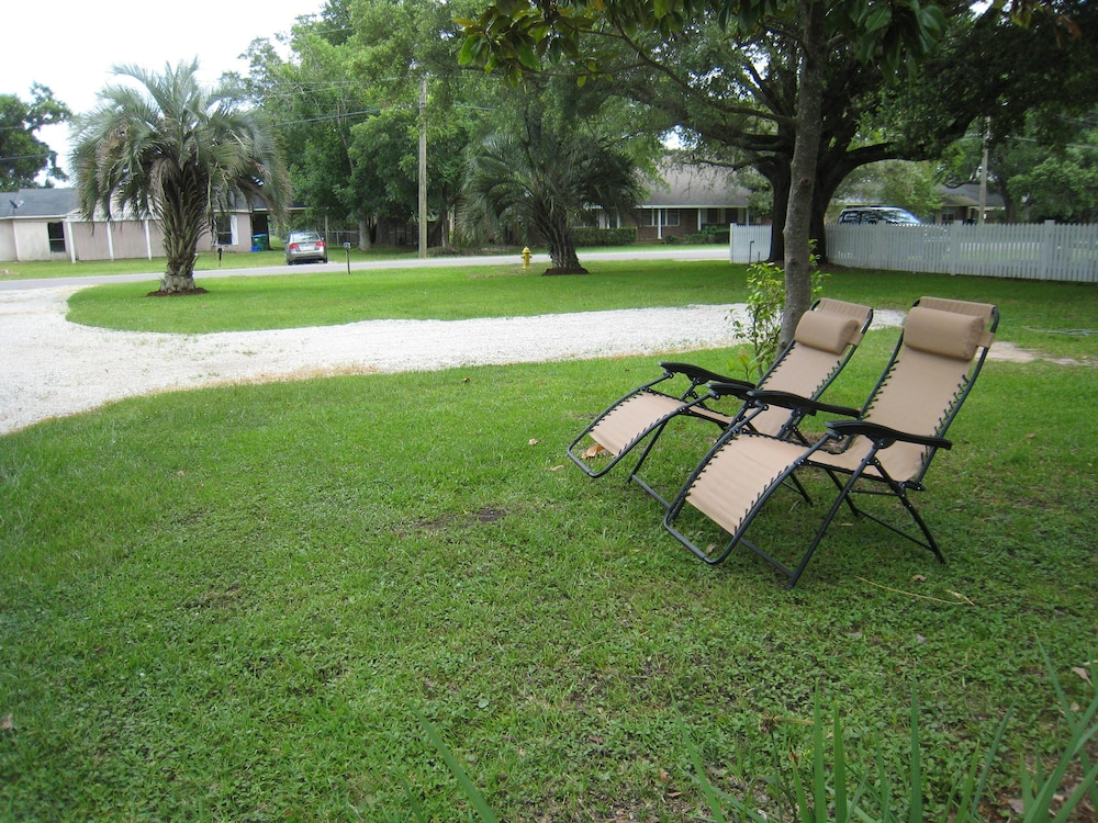 Property Grounds, Gulf Palms Cottage.....Walk to beach, downtown, restaurants, splash pad & more!