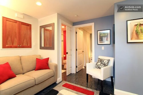 Vancouver Mount Pleasant Garden Suite - Central, Convenient, Comfortable, Quiet