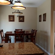 Juniper House - Huge New Kitchen, Fully Fenced, Quiet Neighborhood, Pets Welcome