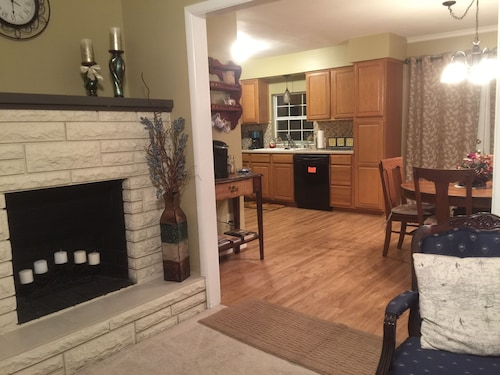 The Cozy Cottage - 2 Bed, 1 Bath, With Cable & Wifi!! Pet Friendly on 1/4 Acre!