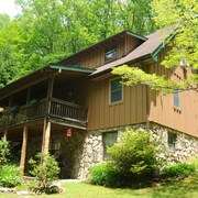 Mountain Escape With Private Stream, Hiking Trails, Hot Tub, Game Room and Wifi
