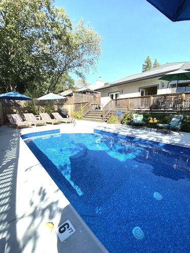 Blissful Comfort W/pool, Hot Tub, Huge Deck, Bikes, Close to Town, Firepit, BBQ