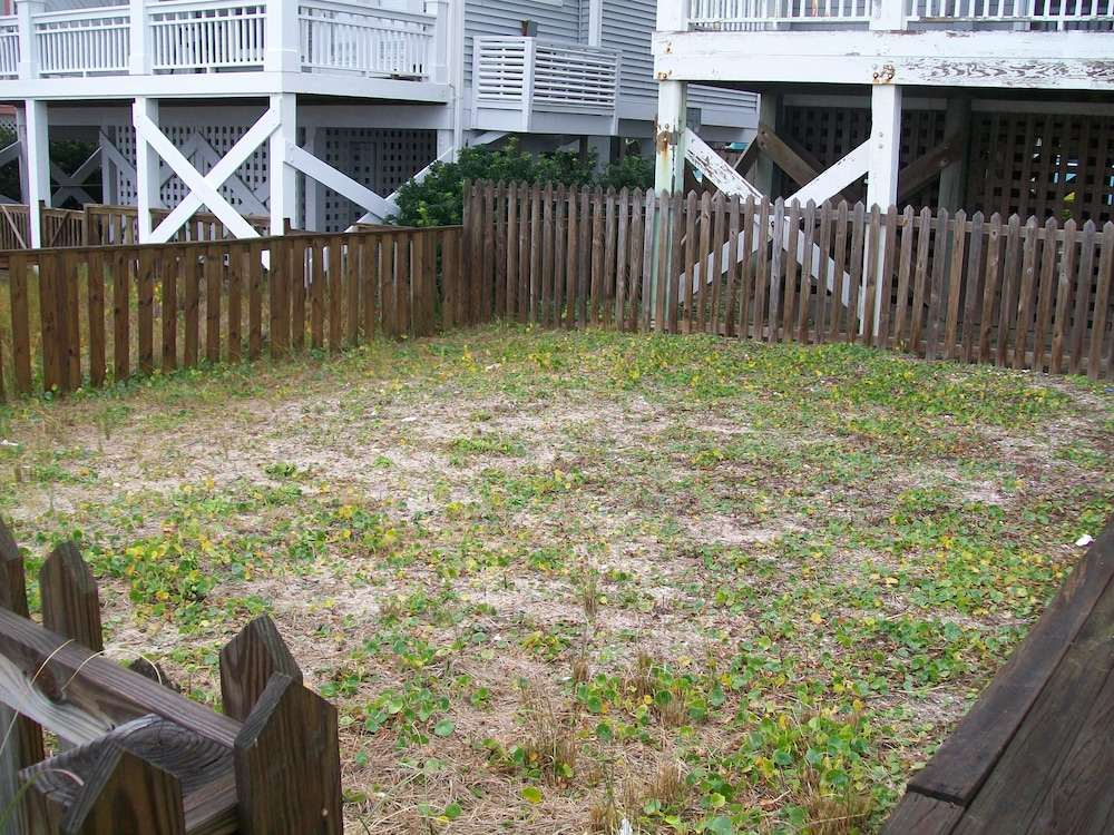 Property Grounds, Oceanfront Carolina Beach North End - Private Beach Access- Family/Pet Friendly