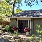 Eastside Luxury Retreat - Private Cottage 5 Minutes to Plaza, Wineries