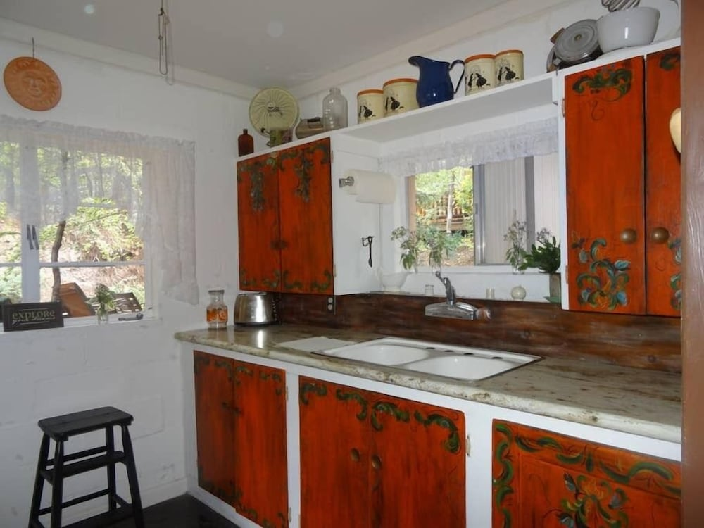 Private Kitchen, Sleeps 14!  Great for families and friend gatherings.