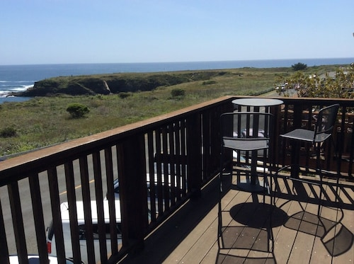 Epic Ocean Views in Mendocino at Seaside Studio, Upstairs on Main Street