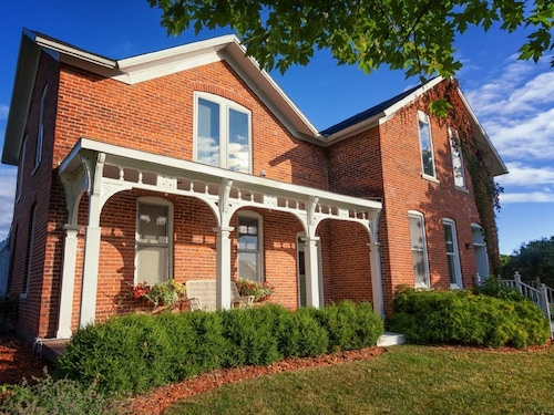 Charming Brick Farmhouse With A Touch Of Elegance. No Extra Cleaning Fees!