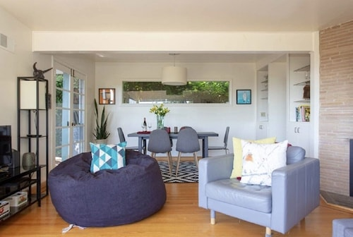 Lovely Mid-century Modern Gem! BAY Views HOT Tubparking! Pets Welcome!