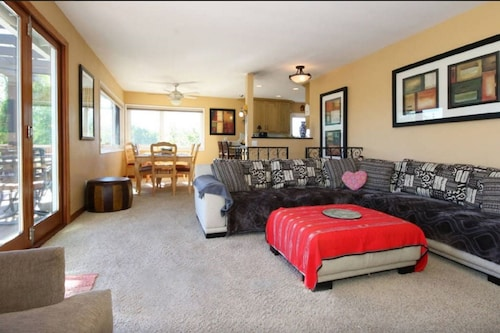Mt Helix Delight - Spacious & Sunny With Views, Deck, Firepit & Jacuzzi