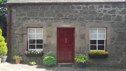Gorgeous Historic Cottage for two in the Heart of Biggar
