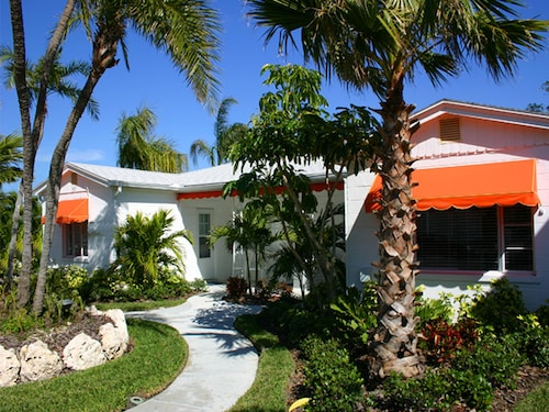 Coconut Cabana 2/1 Cottage, 2 Pools, on Clearwater Beach, Sleeps 4