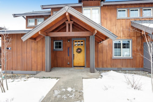 Family Friendly Suncadia Home, Walk to Everything! With Hot Tub & Fire Pit