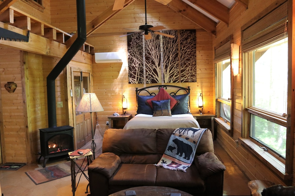 Room, Private Getaway-17 Miles to Asheville, Hot Tub & Fireplace, Pet Friendly