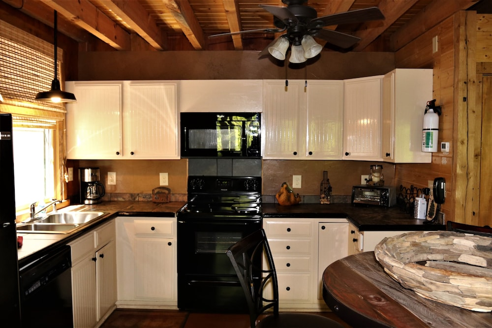 Private Kitchen, Private Getaway-17 Miles to Asheville, Hot Tub & Fireplace, Pet Friendly