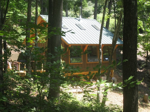 Private Getaway-17 Miles to Asheville, Hot Tub & Fireplace, Pet Friendly
