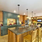 Fabulous 5 Bedroom, 3 Bath Home With Million Dollar Kitchen Sleeps 12