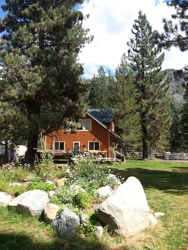 Chalet on River 3 Bd, Hot tub Family & Dog Friendly Hike, Bike, Play, Quiet Area