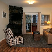 Alyeska/ Girdwood Beautifully Appointed Top Floor Condo With Hot Tub