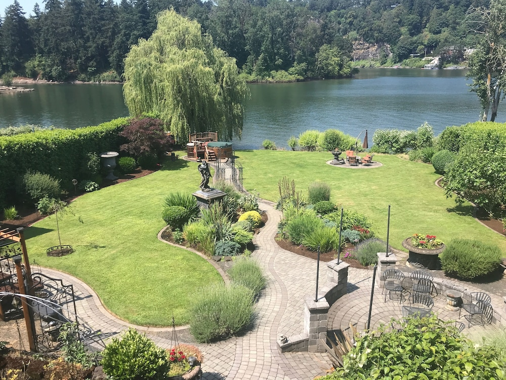 Property Grounds, Live the Dream on the Lovely Willamette River