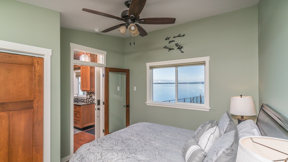 Room, Luxury Oceanfront Cottage