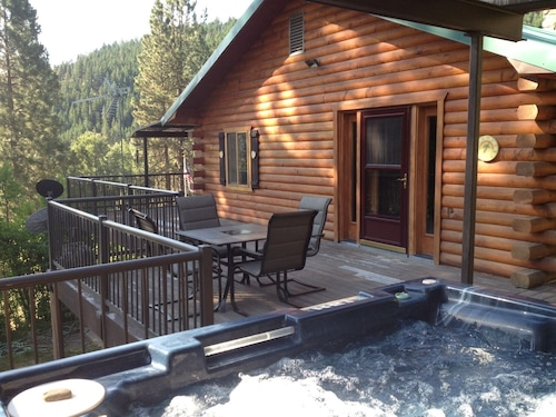 Hummingbird Hill Resort-spacious Mountain Lodge, Hot Tub, 3D Theater, Art, Solar