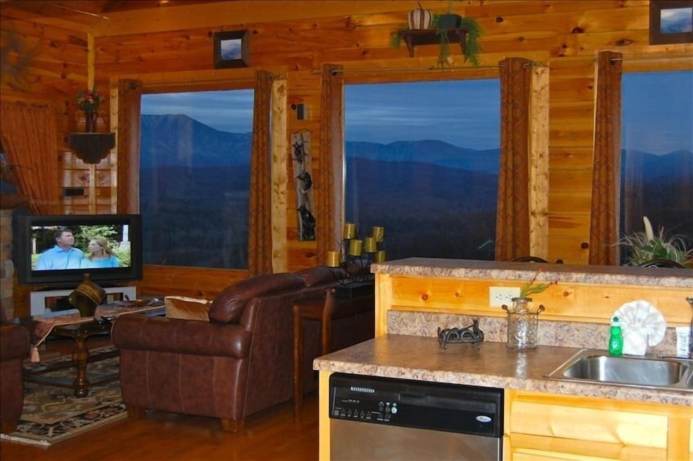 Available! Super Views! Clean Near Dollywood 2/bd Luxury