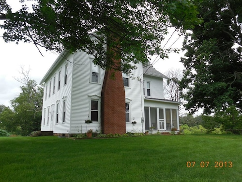 Honeytown Homestead - Century Farmhouse in Amish Country